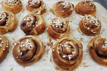 Schwedische Zimtschnecken frisch gebacken gibt es im Karlsons